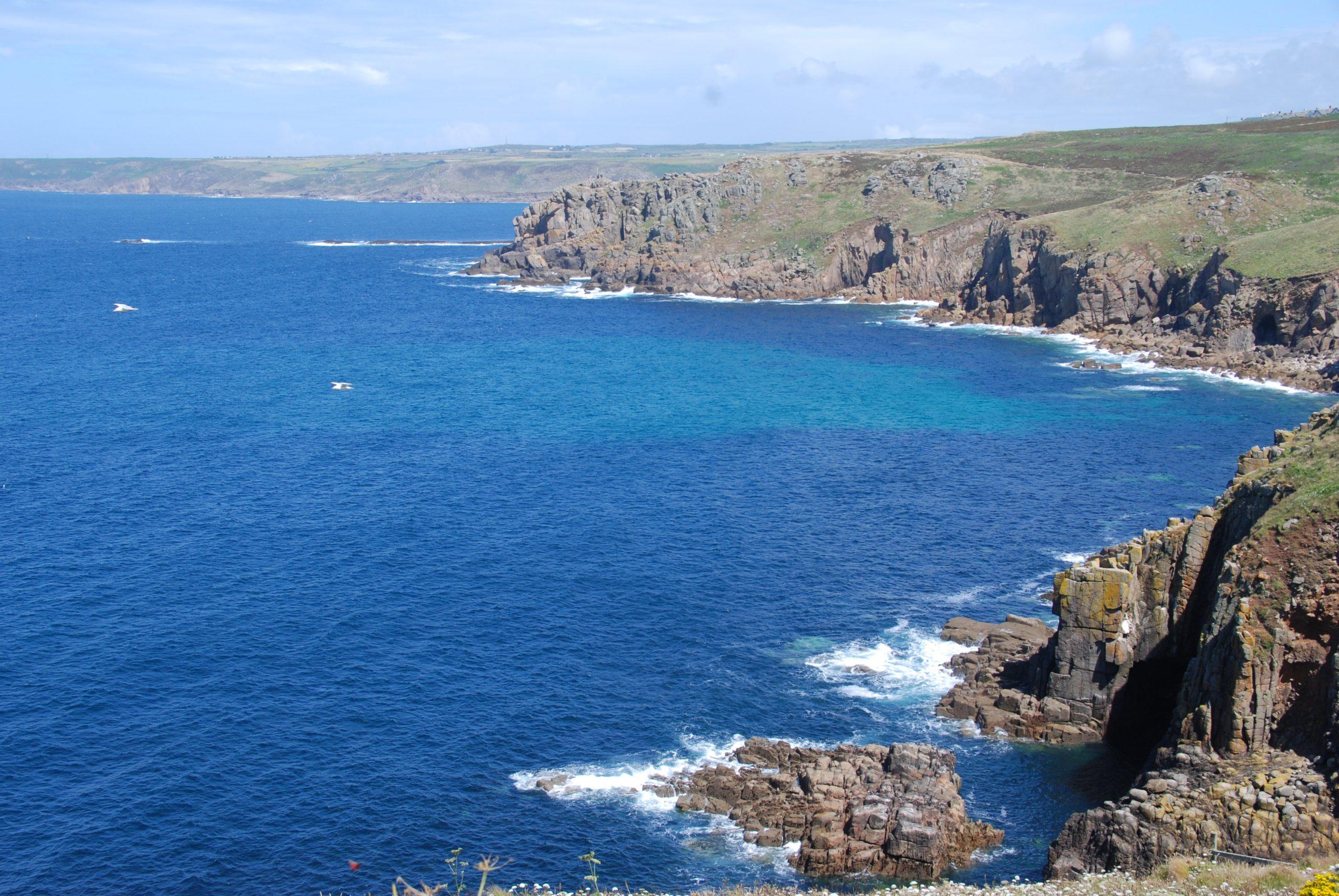 Foto van ruige Engelse kust met fantastisch blauw water