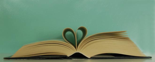 Hart gevormd van de bladzijdes van een boek als afbeelding bij een blog over wat lezen voor mij betekent